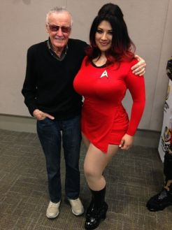 Ivy Doomkitty Uhura cosplay com Stan Lee -- olha a cara de feliz dele!