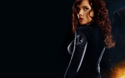 Scarlett johansson interpretando a Viúva Negra (Black Widow)