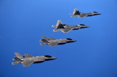 F-35 (abaixo) e seu irmão mais velho F-22 (em cima)